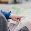 imagem: pessoa com um mapa aberto