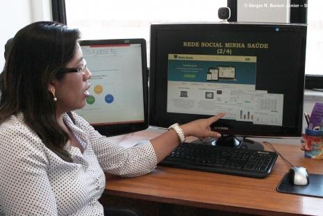 """Doutoranda explica o funcionamento da """"Minha Saúde"""". Foto: Sérgio Borsoi Júnior"""