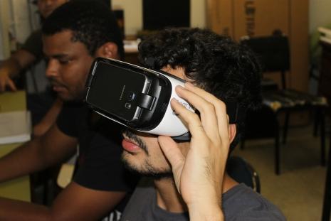 Estudante testa óculos de realidade virtual (HMD) Crédito: Felipe Gelani