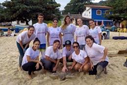 Integrantes do Projeto Aruanã com tartaruga marinha em Itaipu