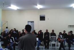 Professor Júlio Meirelles ministrando uma palestra.