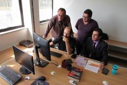 O diretor da agência, Thiago Renault (ao computador), acompanhado por membros da equipe da Agir
