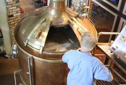 Tonel de cerveja aberto sendo manipulado por um senhor que está de costas