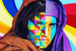 Mulher muçulmana usando lenço em volta do rosto pintada de muitas cores.