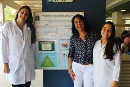 Professora Maristela Soares junto das alunas Fernanda Marinho e Clara Lira em campanha de sensibilização no restaurante universitário do gragoatá. Foto: Letícia Felippe