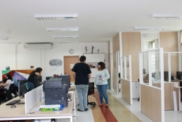 Novas instalações contam com divisórias e nova decoração