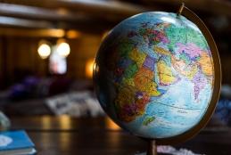 Um globo terrestre em 3D em cima de uma mesa