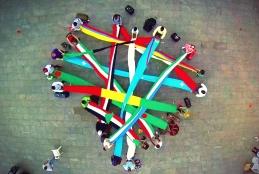 Refugiados fazem homenagem ao Brasil - Crédito: nossacausa.com