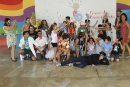 Imagem: grupo de crianças e adultos na Casa da Descoberta da UFF