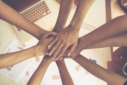 imagem: mãos entrelaçadas de mulheres, representando união.