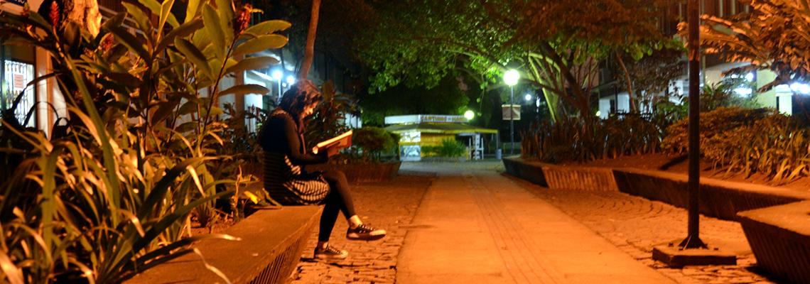 Aluna no campus do Gragoatá