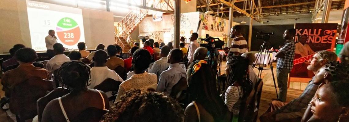 Reunião de pessoas em evento de encerramento do projeto São Tomé e Príncipe Plural