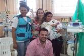 Família com bebê em hospital para a amamentação através da doação de leite humano
