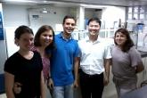 Marcos Gabriel e Binh Diep ao lado de outras pesquisadoras no laboratório na faculdade de farmácia na UFF Niterói (LURA) - Foto: Divulgação