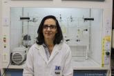 Professora Célia Machado Ronconi no laboratório onde é realizada a etapa de purificação dos materiais