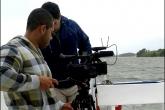 Aluno Alexandre e equipamentos (tripé, câmera e microfone de lapela) em ação dentro de barco no Rio Paraíba do Sul - Foto: Divulgação
