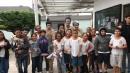 Alunos da escola municipal de Niterói com atores da peça Sakurá  (Foto: Acervo Centro de Artes)
