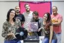 Clube do Vinil reúne amantes da música para ouvir discos e debater.