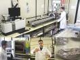 LAPSA—Técnicos especializados realizam o corte, secagem e sepação de amostras de sedimentos