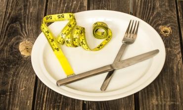 Foto de prato com garfo, faca e fita métrica