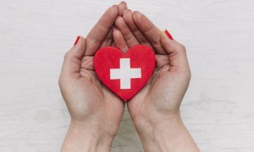 Imagem: mulher com coração na mão