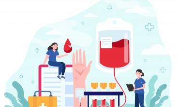 Desenho de duas mulheres de uniforme azul uma segurando uma prancheta e outra segurando uma gota vermelha. A sua volta, desenhos de tubos de ensaio com sangue, bolsa de sangue, maleta médica e símbolos da cruz da medicina.