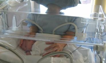 Bebê prematuro em hospital com a mãe ao lado