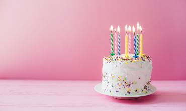 imagem: bolo de festa com velas