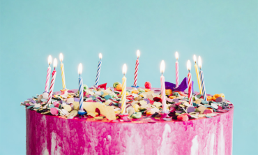 Bolo cor de rosa com velinhas de aniversário