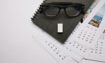 imagem: óculos sobre várias páginas de calendário
