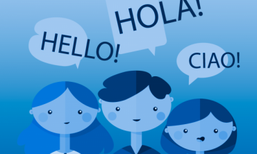 """Desenho de pessoas com balões de diálogo em cima e as palavras """"hello"""", """"hola"""" e """"ciao"""""""