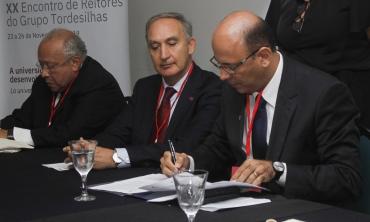 #pratodosverem Foto da mesa do XX Encontro de Reitores do Grupo Tordesilhas na UFF
