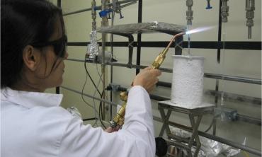 Professora Kita Macario prepara amostra para datação com Carbono 14