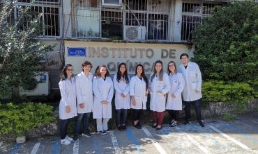 Professora Vanessa do Nascimento (terceira à direita) e alunos participantes do projeto