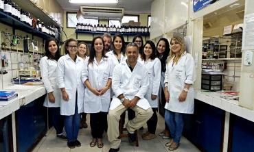 Grupo de pesquisadores no laboratório