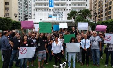 Protesto foi na Praia de Icaraí, Niterói, em frente à reitoria da universidade