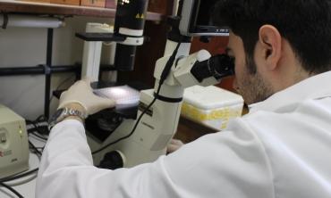 Homem em laboratório de pesquisa