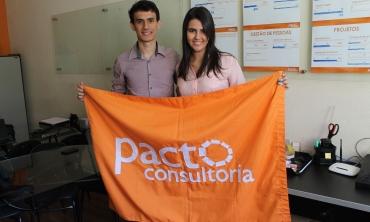 Matheus Dassie e Érica Costa segurando bandeira da Pacto Consultoria Foto: Gabriella Balestrero