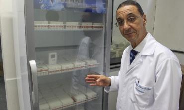 Professor Mauro Romero Leal Passos e vacinas contra o HPV Foto: Letícia Felippe