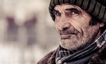imagem: homem com gorro e cachecol