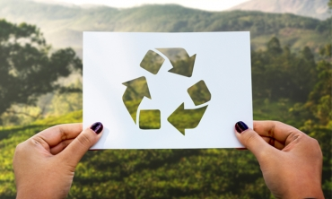 Papel perfurado com o símbolo da reciclagem